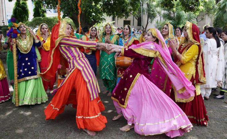 Mujeres celebran el Festival Teej