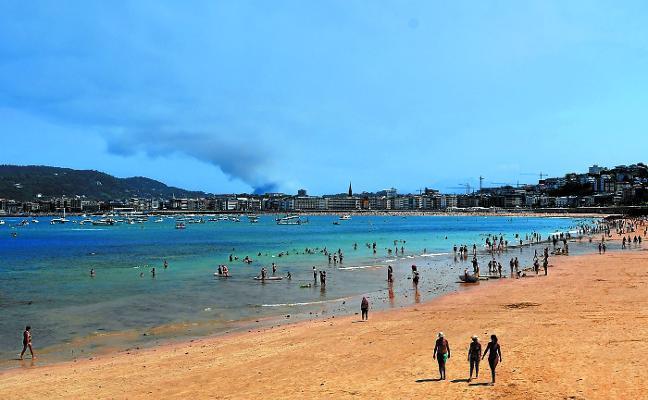 La abundancia de arena limitó en julio la recogida de piedras en la playa de Ondarreta