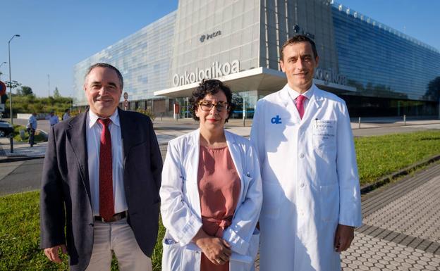 Iñaki Berraondo, Sara Arévalo y Ander Urrutikoetxea, frente a Onkologikoa./USOZ