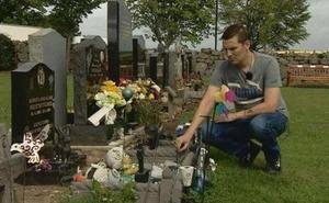«Día y noche» en la tumba de su hijo para evitar que retiren sus recuerdos