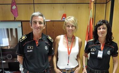 Belen Rueda visita la comisaría de Vitoria