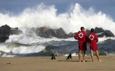 Cruz Roja realiza 2.222 asistencias sanitarias y 106 rescates en las playas guipuzcoanas durante junio y julio