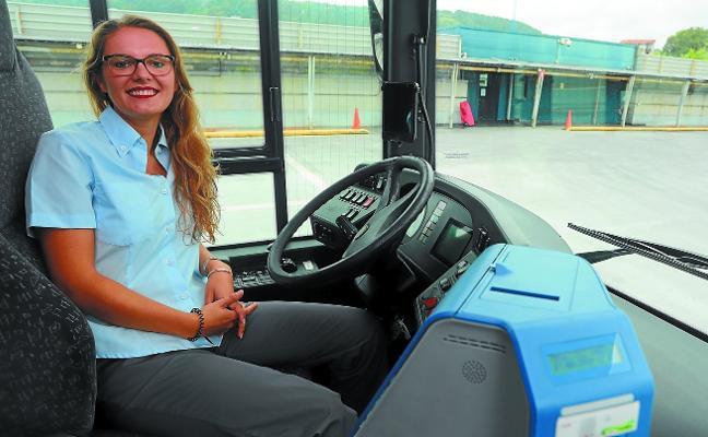Las mujeres también llevan el volante del autobús