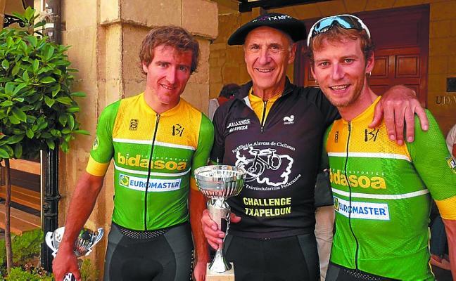 Tres corredores del Transbidasoa-Euromaster-Inurrieta, en el podio de Laguardia