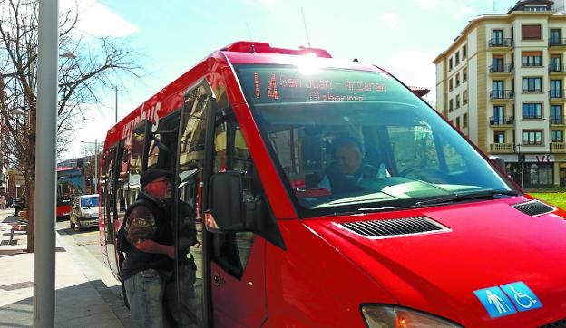 Mejora. Autobús urbano de la Línea 4, en la parada de Fermín Calbetón. / F. DE LA HERA