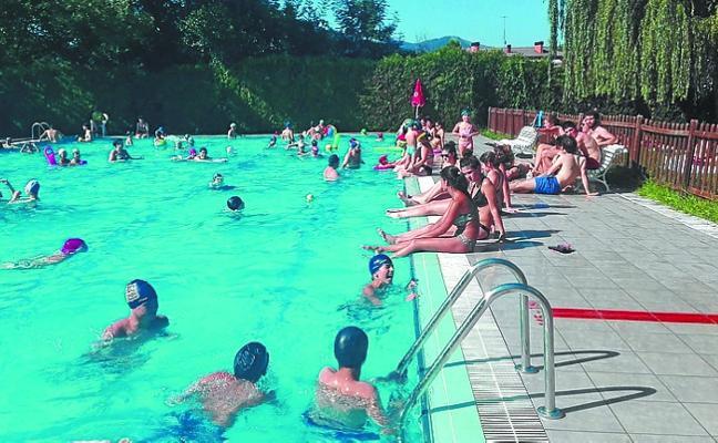 La piscina municipal de Igarondo, llena estos días