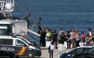 Los migrantes del 'Open Arms' desembarcan en Algeciras entre críticas de la ONG y la Junta de Andalucía