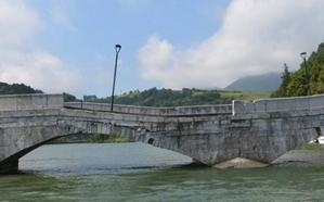 Estudian medidas de emergencia para evitar el derrumbe del puente entre Deba y Mutriku