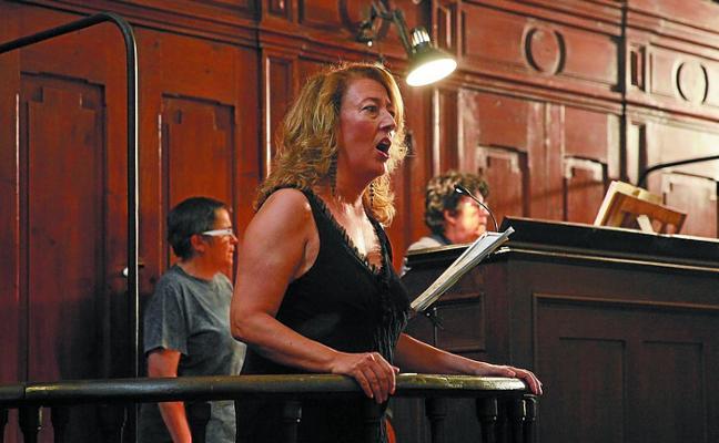 Lleno para seguir el concierto de órgano y voz