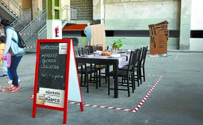 Una exposición en Arantzazu invita a aparcar la indiferencia frente a la exclusión social