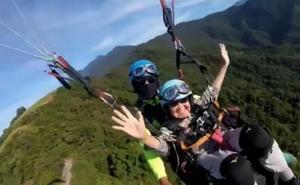 Cumple con 93 años su sueño de volar en parapente