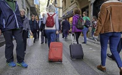 Vecinos de la Parte Vieja donostiarra denuncian la «penosa intromisión» de la CNMC en la regulación de pisos turísticos