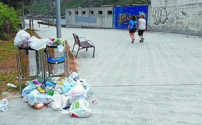Protestas por la basura acumulada en Ondartxo