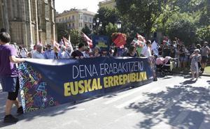 Varios cientos de personas se manifiestan en Donostia por una república vasca