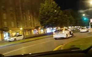 Colgado del taxi hasta la puerta de la comisaría