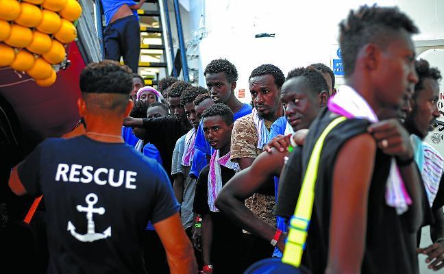 El Gobierno acuerda con cinco países europeos acoger a 60 migrantes del 'Aquarius'