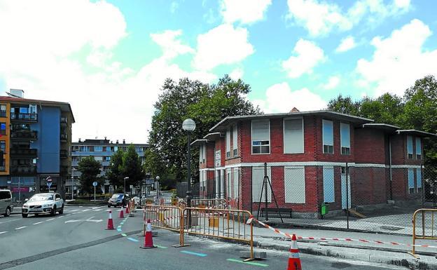 Luminarias. La calle Lesaka, donde han comenzado las obras de mejora del alumbrado público. /