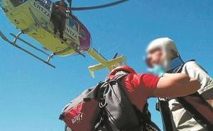 El helicóptero de la Ertzaintza rescata a un montañero herido tras sufrir una caída en el Txindoki