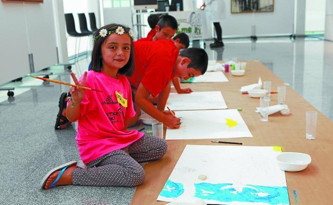 A Emeki Elkartea le queda un último taller infantil de pintura en el auditorio