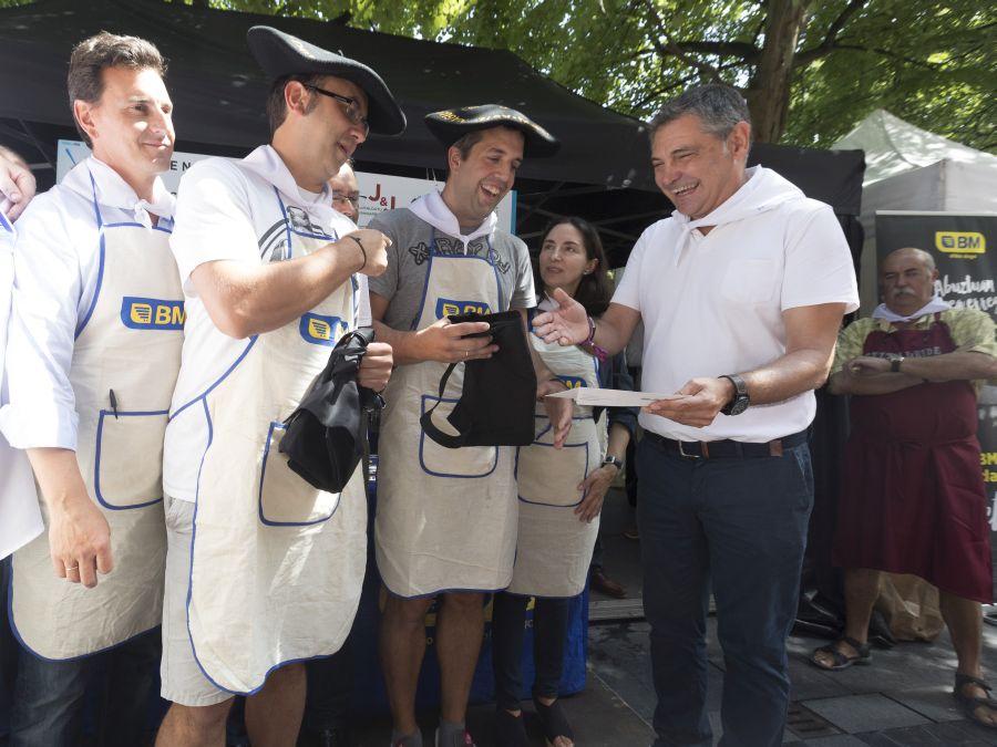 Iker Uriarte y Gabriel Guiu se alzan con la txapela del concurso de marmitako de la Semana Grande donostiarra