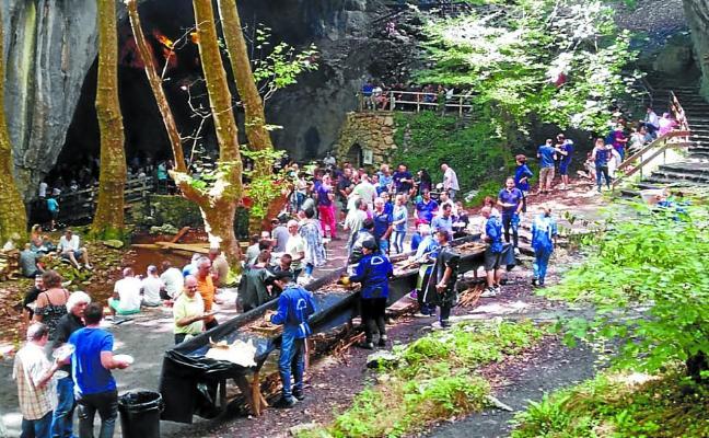 Zugarramurdi celebra su Zikiro jate en la cueva