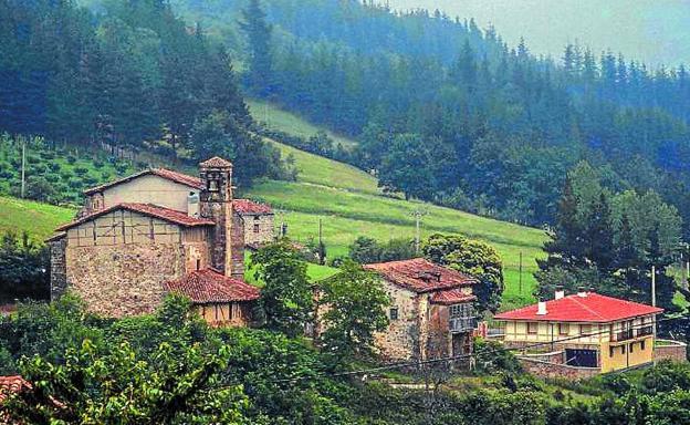 Vista del barrio de Marín de Eskoriatza. Los montes-bosque Ustubi, Konpañu y Portale son de propiedad eclesiástica. /