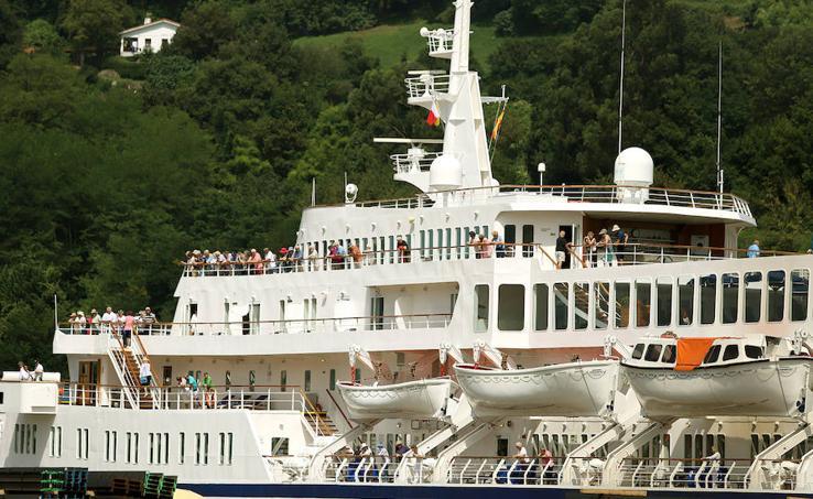 Un crucero de lujo recala en Pasaia