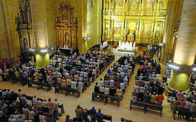 La parroquia llena el último día de la novena del año pasado. / DE LA HERA