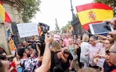 Agreden a un cámara durante la concentración en Barcelona en apoyo a la mujer agredida por quitar lazos