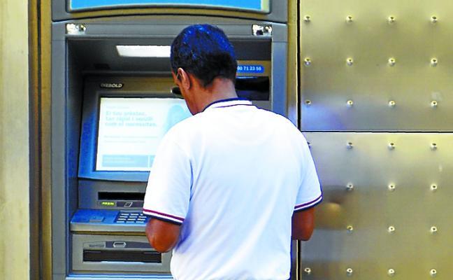 Los cajeros sobreviven a los cierres de la banca al crecer un 5% en tres años