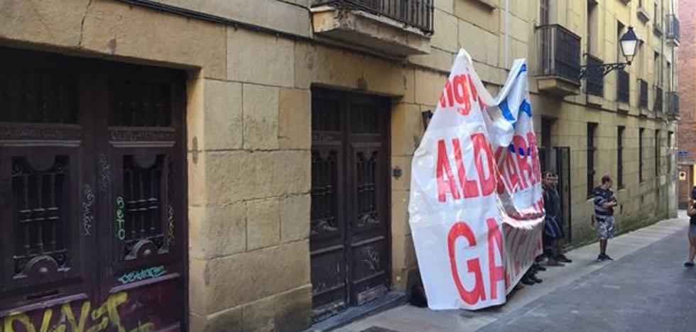 Un grupo de jóvenes ocupa la antigua ikastola Orixe en la Parte Vieja de San Sebastián