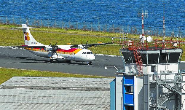 Un avión turbohélice ATR de Iberia aterriza en el aeropuerto de San Sebastián./LUSA