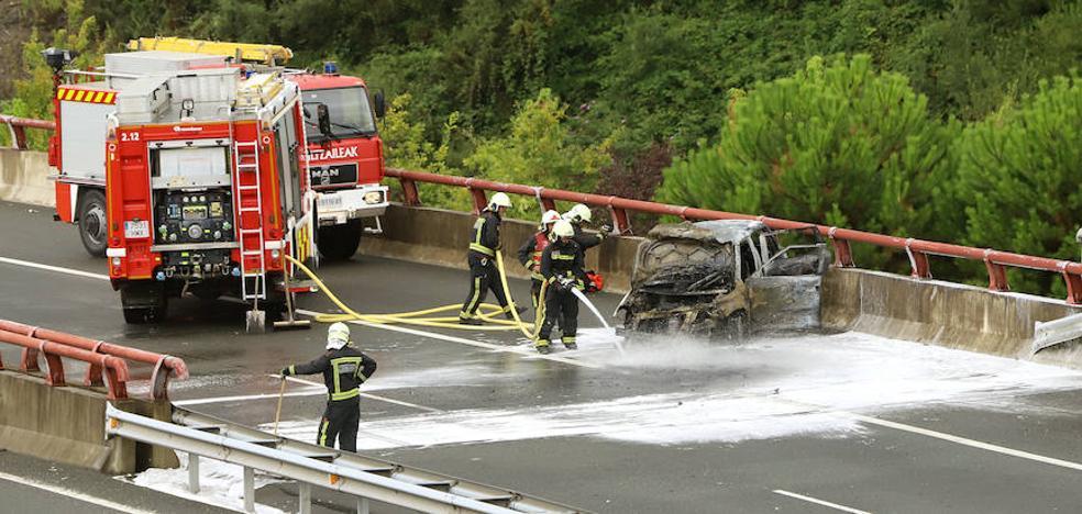 Incendiado un coche en la variante de San Sebastián