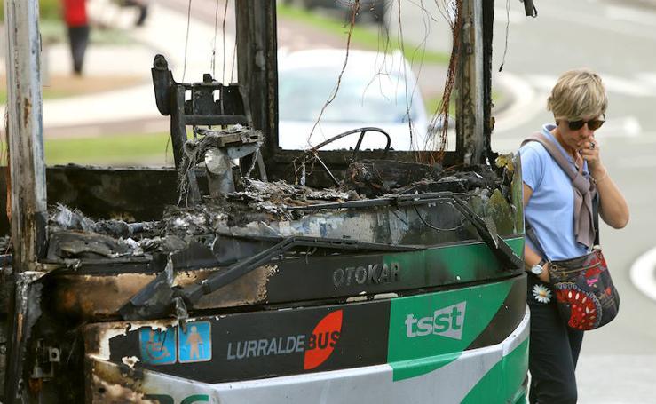 Calcinado un autobús en Galarreta