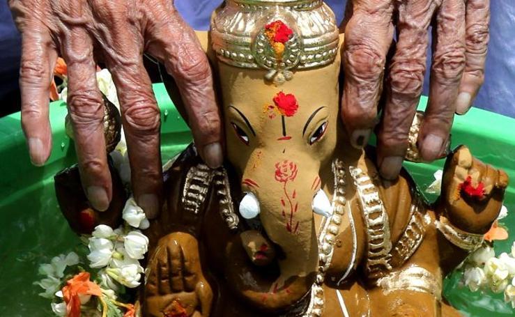 El dios elefante recorre India