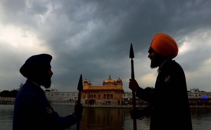 El Templo Dorado de India celebra el 414 aniversario de la instalación de su libro sagrado