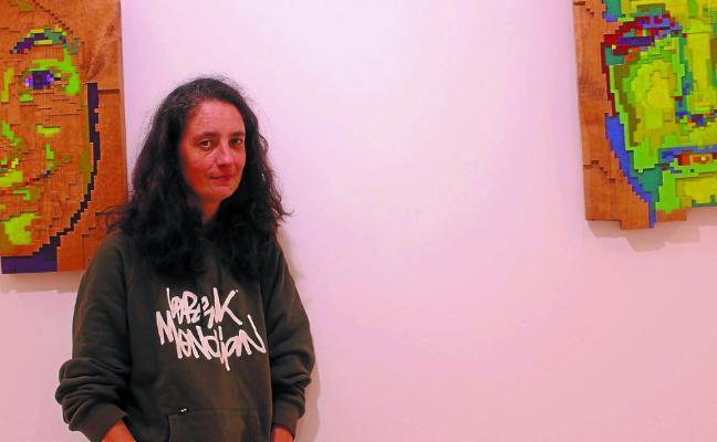 Maider Kalonje acerca su obra de talla de madera a la Casa de Cultura