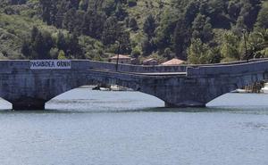 Las obras para asegurar la estabilidad del puente de Deba comenzarán este jueves