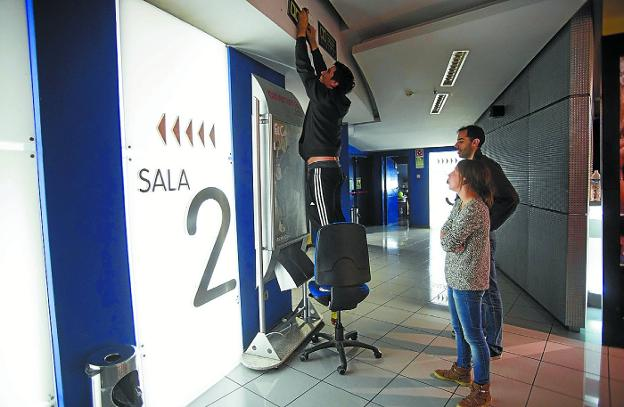 De cine. Entrada a una de las salas de la empresa Ocine del Centro Comercial Mendibil./F. DE LA HERA