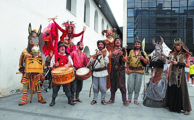 Gran ambiente musical y circense con la celebración del Mercado Xacobeo