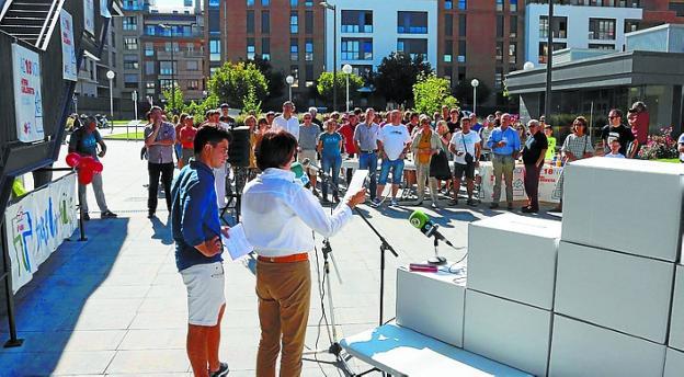 El acto de inicio de la campaña se celebró ayer a mediodía. /  F. PORTU