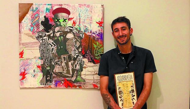 Ion Rodríguez junto a 'Josetxoren begirada', su obra premiada. / F.P.