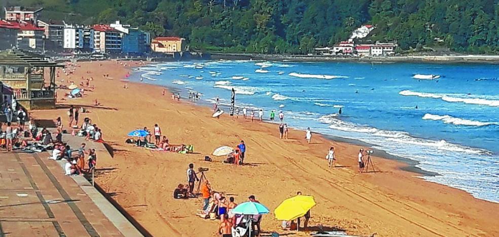La playa, sin toldos, banderas ni socorristas, tras finalizar la temporada