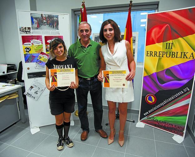 Amanda Sin, en el concurso de cómics, y Naroa González, en el de relatos, recibieron su premio del presidente Tino Zamora. /