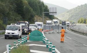 Un by-pass regula el tráfico en la A-15 tras la caída de parte de la cubierta del túnel de Belabieta