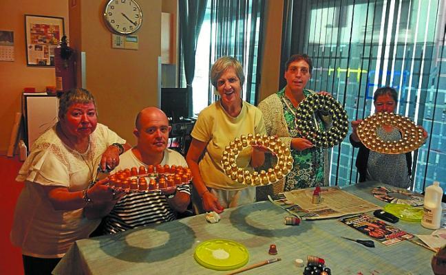 El Garagune se pone manos a la obra en la realización de adornos navideños