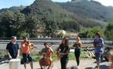El violinista de la A-8 hace grupo
