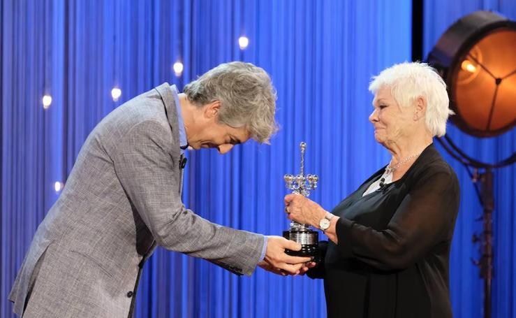 Judi Dench recibe su premio Donostia