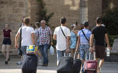 El primer verano sin récord de turistas desde 2011 pero aumentan su gasto