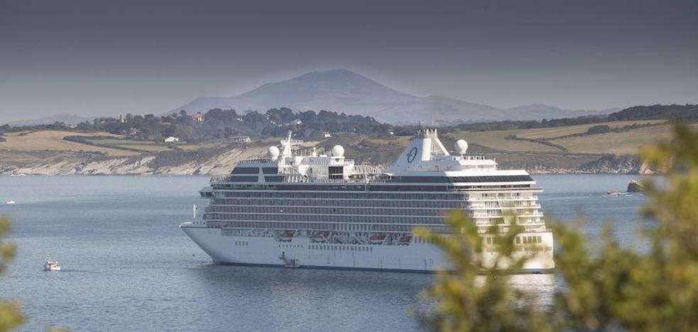 Un crucero de lujo hace escala en Hendaia